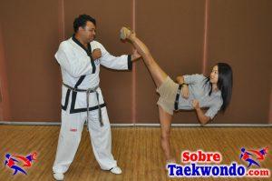 Laura Kim ejecutando una técnica básica de taekwondo