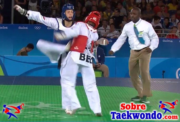 patada de Taekwondo mono